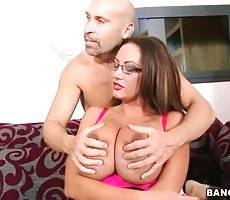 Pretty Big Shaped Milf Frees Her Juggs 2